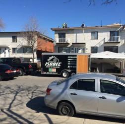 Experts d'Isolation Isobec à l'oeuvre entrain d'isoler un toit à Montréal